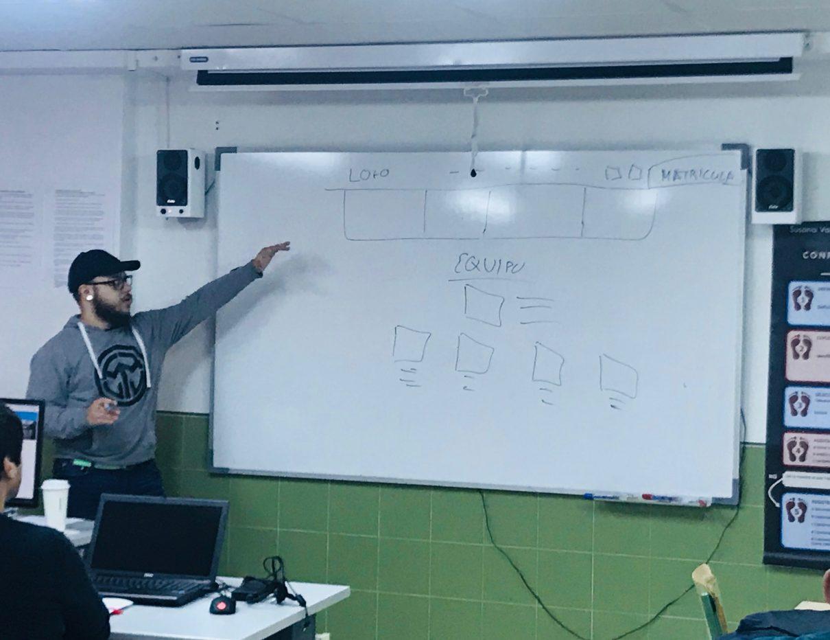 Víctor explicando maquetación de una web en la pizarra del aula..