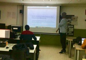 """Nuestro alumno Pedro Antonio leyendo un fragmento de """"Memorias de un ingeniero"""" proyectado en la pizarra de clase."""